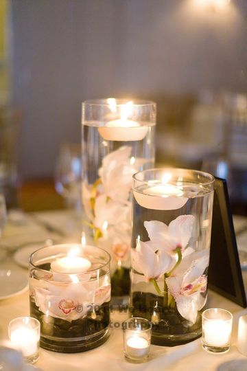 Low centerpiece idea that allows guests to have conversation without flowers in their face. Candles add to the atmosphere of the reception. This is beautiful!! I think i want this!*****