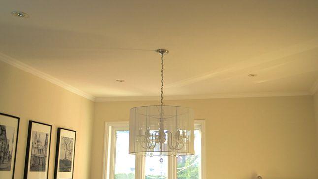 AVANT : Au plafond, un appliqué de moulures viendra cintrer les luminaires déjà existants.