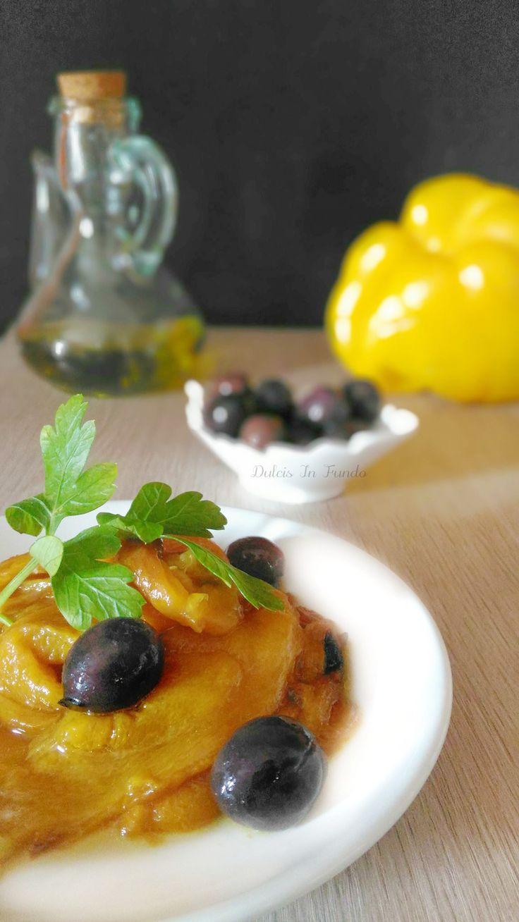 I peperoni alle olive sono un contorno molto facile e veloce da realizzare, ideale per accompagnare alla grigliata di carne.
