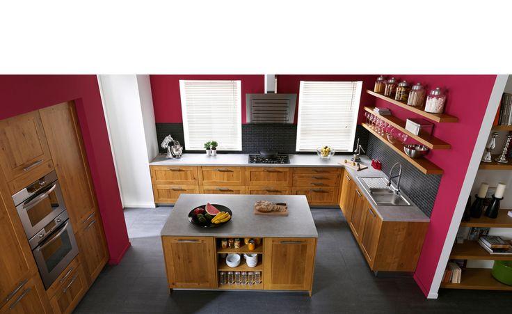 couleur du mur framboise avec cuisine en bois renovation