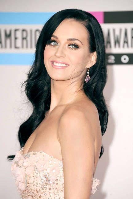 So simple it's shocking: Katy Perry's pretty raven waves