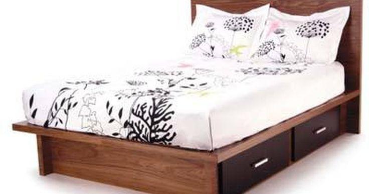 Cómo construir una cama con cajones. Una cama con cajones debajo te proporcionará un armazón de base bajo tu cama, así como una cómoda o simplemente un espacio adicional para guardar cosas. Hacerla tú mismo te costará mucho menos dinero que comprar una nueva y te permitirá usar tu creatividad al elegir el color, el tipo de madera y el diseño de los cajones.