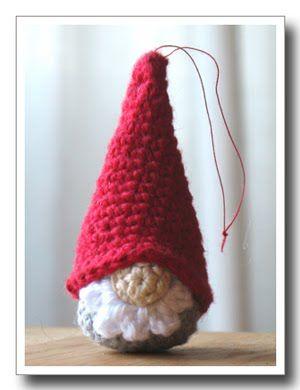 tomte #crochet For pattern instructions in English go to: http://translate.google.com/translate?hl=en&sl=sv&u=http://elsasdesign.blogspot.com/2008/11/ett-mnster-till-liten-virkad-tomte-att.html&ei=XGazToSZN4mFtge958ngAw&sa=X&oi=translate&ct=result&resnum=1&ved=0CB8Q7gEwAA&prev=/search%3Fq%3Dhttp://elsasdesign%2Bblog%2Btomte%26hl%3Den%26biw%3D1280%26bih%3D666%26prmd%3Dimvns