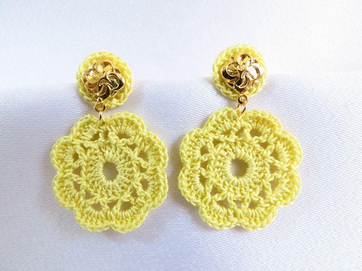 Brinco de crochê feito a mão com linha fina mercerizada, base em metal prateado.