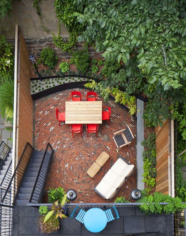 Körívben lerakott tégla burkolat egy kis városi hátsó udvarban