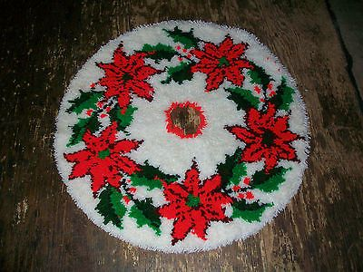 """OUTSTANDING VINTAGE COMPLETED LATCH HOOK RUG POINTSETTIA TREE SKIRT 35"""""""