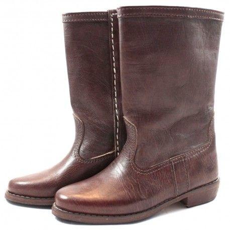 Bottes mi- mollet, toutes en cuir marron. Elles se porteront très facilement avec un petit jean pour un effet chic et décontracté à la fois !