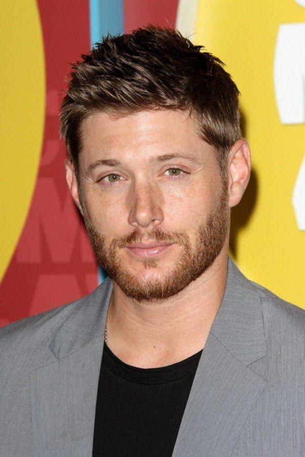 coupe de cheveux homme négligée et légèrement stylisée de Jensen Ackles