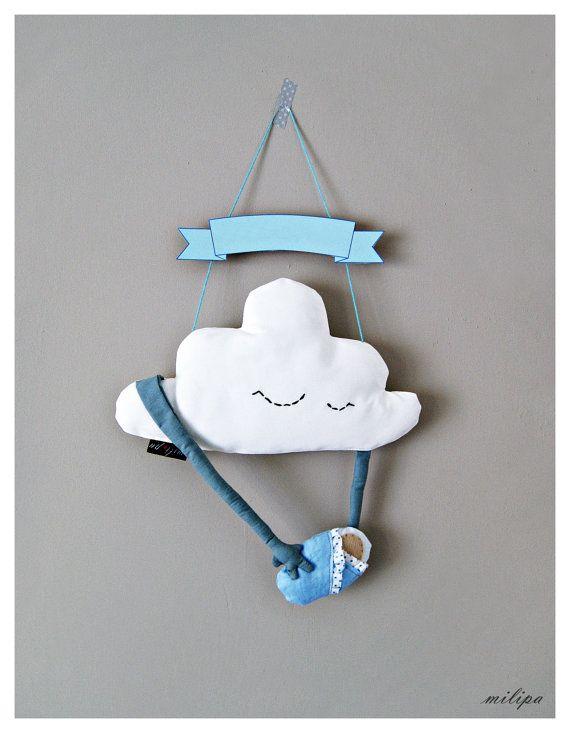 NEUE KOLLEKTION-2016-  Wolke-Kissen mit Baby auf dem Weg und personalisierte Banner.  Diese geformten Kissen Softie-Wolke werden perfekt als ein Zimmer Dekor für Ihren kleinen Jungen.  Sie können wählen, was Sie wollen, zu sein oder auf das Banner (Name des Babys oder etwas anderes, wie Sie bevorzugen). Lass es mich wissen es in der Nachricht, die Reihenfolge zu tun.  Die Wolke war entworfen, gemusterten und Handarbeit von mir aus 100 % Baumwolle. Abmessungen der Cloud sind: 12,6(32cm)…