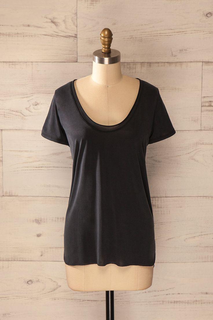 Paresse et confort se doivent d'aller de pair ! Laziness and comfort should go side by side! Black round neck loose t-shirt www.1861.ca