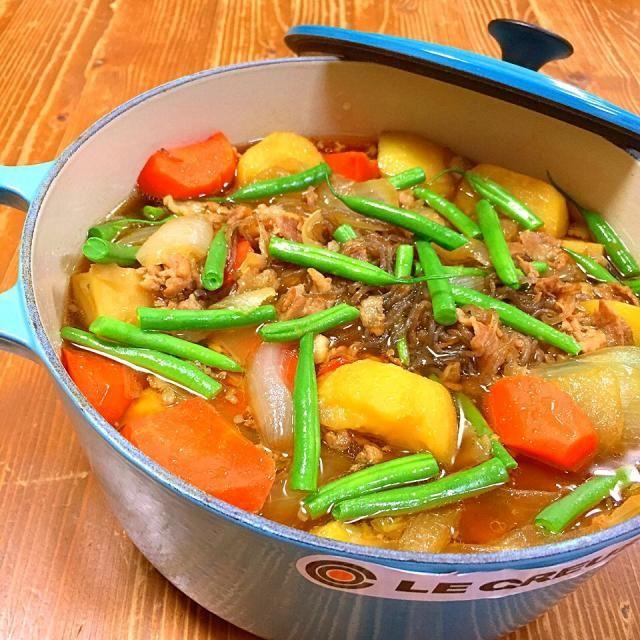 今日の晩ご飯✩⃛ ルクルーゼで肉じゃが♡ 水一滴も入れてないのに、野菜から出る水分でこんなに煮汁!! ほっこり美味しい(*´pq`) 【おかず】 *肉じゃが *もずく酢 *キャベツとしめじの味噌汁 *大根おろしじゃこがけ - 21件のもぐもぐ - 肉じゃが!! by harunameiHrc