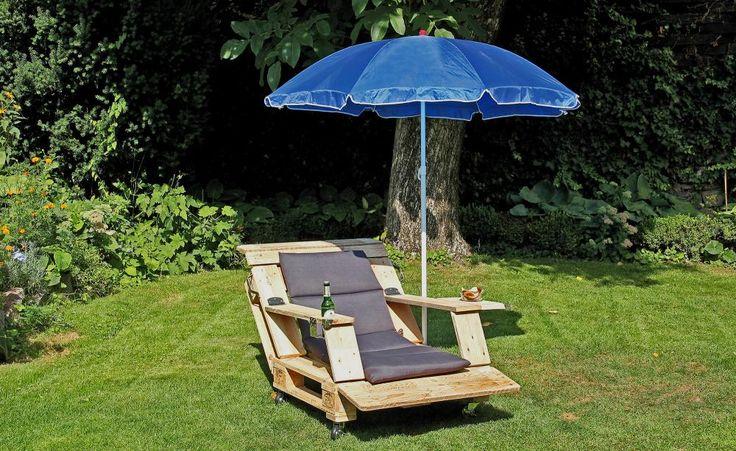 """Outdoor-Sessel aus alten Paletten selber bauen - Was man früher """"aus alt mach neu"""" nannte, heißt heute """"Upcycling"""" und liegt voll im Trend. Alte Europaletten lassen sich zum Beispiel ganz wunderbar in einen Outdoor-Sessel verwandeln, der zum Entspannen im Garten einlädt. Die Basis für den Sessel ist schnell geschaffen."""