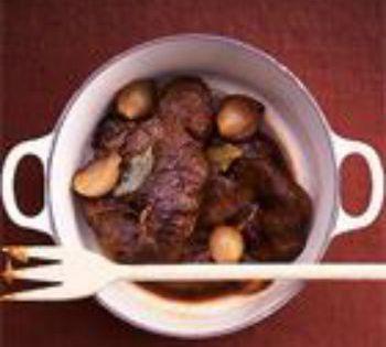 De tijd van de stoofpotjes dient zich weer aan. Lekker en goedkoop. Je kunt een grote pan maken en dan invriezen voor momenten dat je weinig tijd hebt om te koken. Zo heb je toch altijd een verantwoorde maaltijd bij de hand. Wat verse groenten erbij of Zero rijst... #herfst #medeteraan #rundvlees