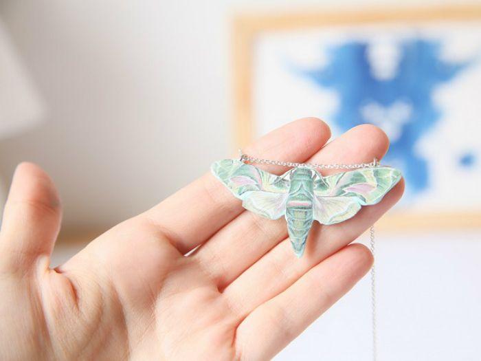 On vous propose aujourd'hui ce tutoriel très original qui vous permettra de réaliser à base de pâte #Fimo et de papier un magnifique #sautoir #papillon ! #DIYDaWanda