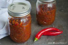 Zelf sambal manis maken is onwijs simpel. Het resultaat is wel een heerlijke milde sambal met een volle smaak.