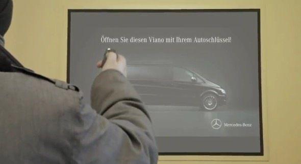 Mercedes-Benz, avec l'agence Lukas Lindermann Rosinki, ont créé une superbe campagne dans le métro berlinois pour leur nouveau modèle: le Viano!  Les passants étaient invités à ouvrir la Viano (qui était affiché grâce à un vidéoprojecteur sur le mur) grâce à leur propre clé de voiture. Ils dévérouillaient ainsi les portes du véhicule qui contenait, selon les vidéos, des sumos, un sauna, des tops modèles, pour démonter la très grande capacité du véhicule. Et certains gagnaient un tour en…