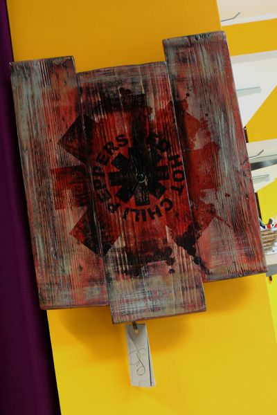 orologio realizzato con legno di recupero dipinto a mano