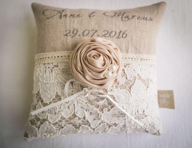 Individualisierbares Ringkissen mit euren Namen und dem Datum der Trauung. Das Kissen wird aus naturfarbenem grauen Leinen gefertigt, der Schriftzug wird anthrazitfarben aufgedruckt. Die Oberseite...