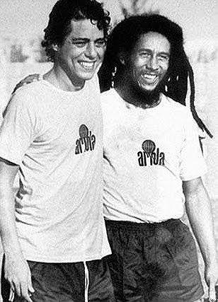 Foto de Frederico Mendes. Chico Buarque e Bob Marley sorriem após vencer uma partida de futebol. Rio de Janeiro, 1980.  Esta fotografia foi...