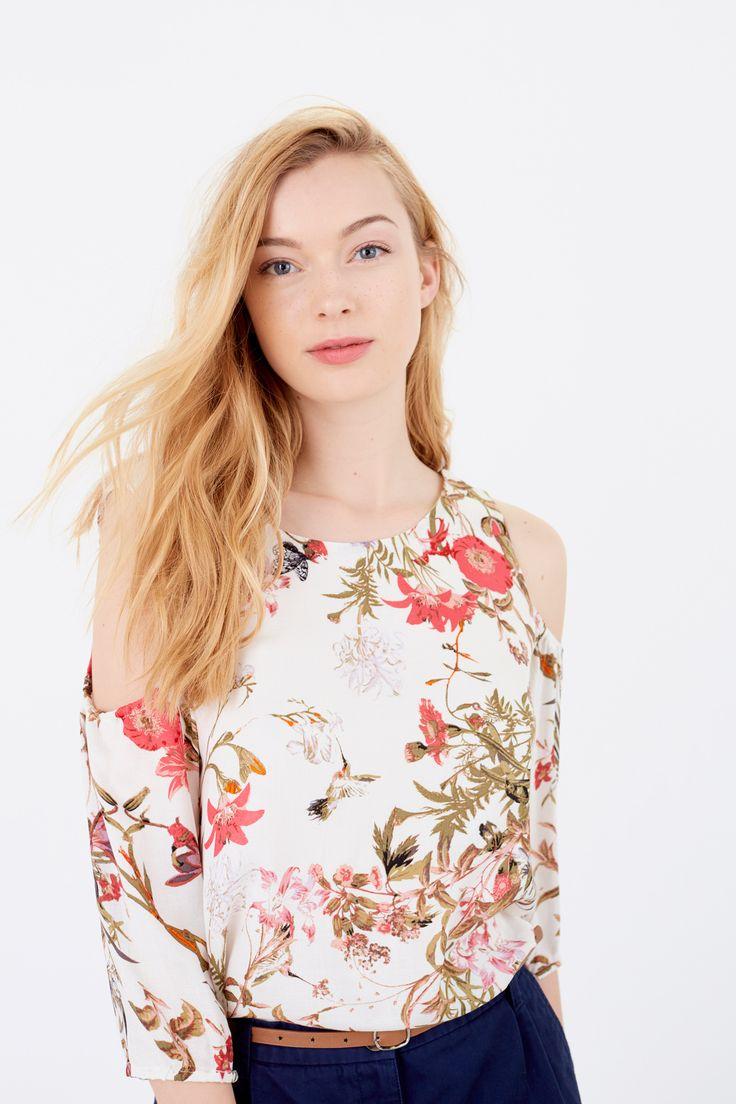 Blusa de manga 7/8s, con cuello redondo, con escote en espalda con cruce. Estampada con motivo floral.   Camisas   Springfield