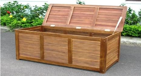 BAULE IN LEGNO SALEMI 55X130X50 ACACIA OLIATA  Art. LGL - 10450    Baule contenitore ideale per il vostro giardino, normalmente utilizzato per contenere i cuscini delle sdraio o riporre articoli da giardino.  Realizzato in acacia oliata.    Dimensioni 55X130X50h cm
