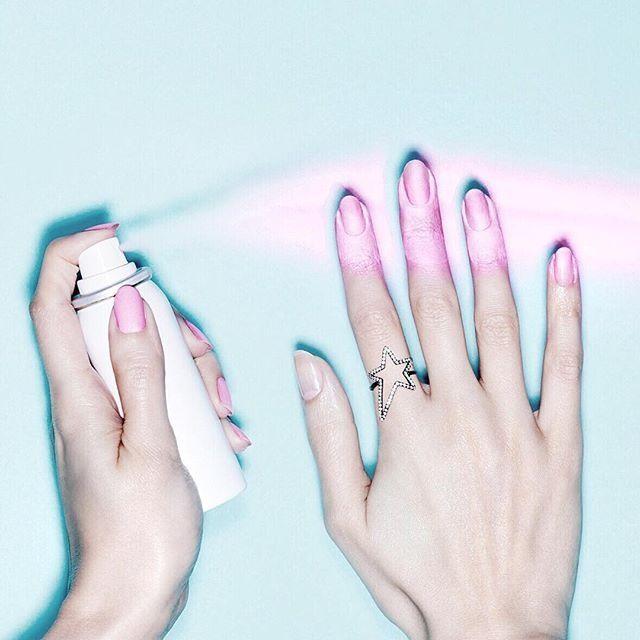 La marque britannique de vernis à ongles, Nails Inc, lance son premier vernis à ongles en spray, un produit qui devrait révolutionner la manucure et dont la sortie est prévue le 12 novembre prochain.
