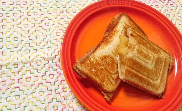 朝、りんごを切っていたら、急に作りたくなって…… 息子は普通のりんごがええというので、私の分だけバターとシナモンシュガーでササッと煮てホットサンドに❤❤❤ あぁ、しあわせ🙆🎶 シナモン大好きだぁ~~~💮 #アップルシナモン  #ホットサンド  #刺し子  #刺し子初心者  #柿の花  #刺し子ふきん