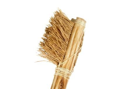 Sabia que escova de Dentes surgiu há mais de 5000 anos? Só no final do século XV os chineses experimentaram amarrar pêlos de animal - como o porco ou o cavalo - a pequenos ossos ou varas de bambu!