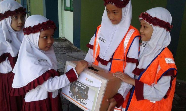 """Peduli bencana Garut pelajar SD Luqman Al Hakim kumpulkan donasi Rp 10.297.000  SURABAYA (Arrahmah.com) - Sebesar Rp 10.297.000 donasi pengalangan dana untuk warga banjir bandang di Garut Jawa Barat telah terkumpul dari Siswa-I  Pengajar dan Wali Murid SD Luqman Al Hakim Surabaya dalam Aksi Peduli Bencana Garut  Senin (26/9/2016).  Kepala Sekolah SD Luqman Al-Hakim Adi Purwanto mengatakan bahwa kegiatan ini merupakan salah satu bentuk pembelajaran kepada anak didik.  """"Penggalangan dana dan…"""