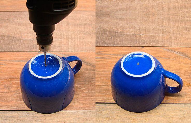 O primeiro passo é marcar onde você quer que o buraco fique, nós não fizemos isso, mas o ideal é colar um pedaço de fita crepe no local (já já te explicamos o porquê!). Com o spray, borrife um pouco de água na área que será furada. Mas por que borrifar? Porque o atrito da broca com a cerâmica gera muito calor, o que pode provocar acidentes. A água resfria o conjunto broca + cerâmica