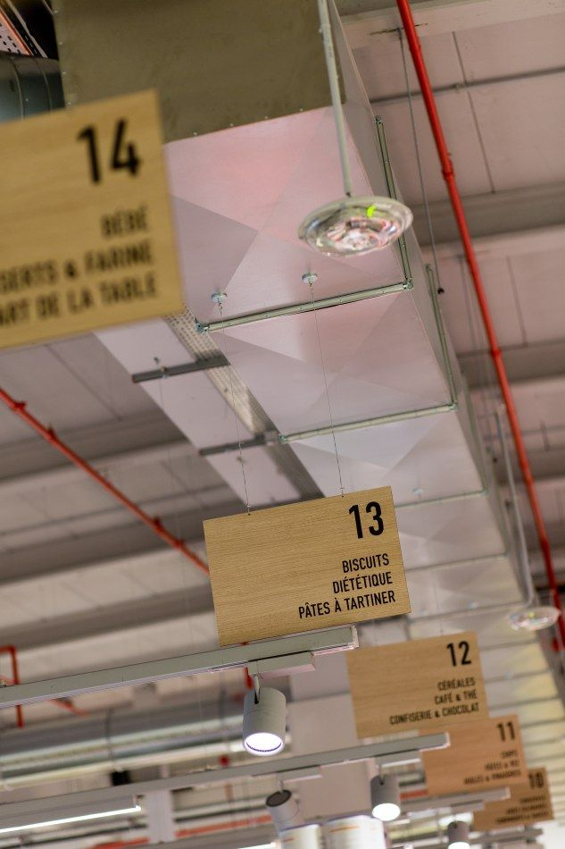 Delhaize by Minale Design Strategy - Retail Design - In-store communication - Wood signage