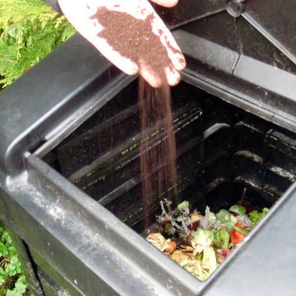 Améliorer votre compost avec du compost  Améliorer votre compost Jetez votre marc de café directement dans le compost et mélangez bien. Cet ajout va apporter de l'azote à votre compost qui lui sera bien utile.