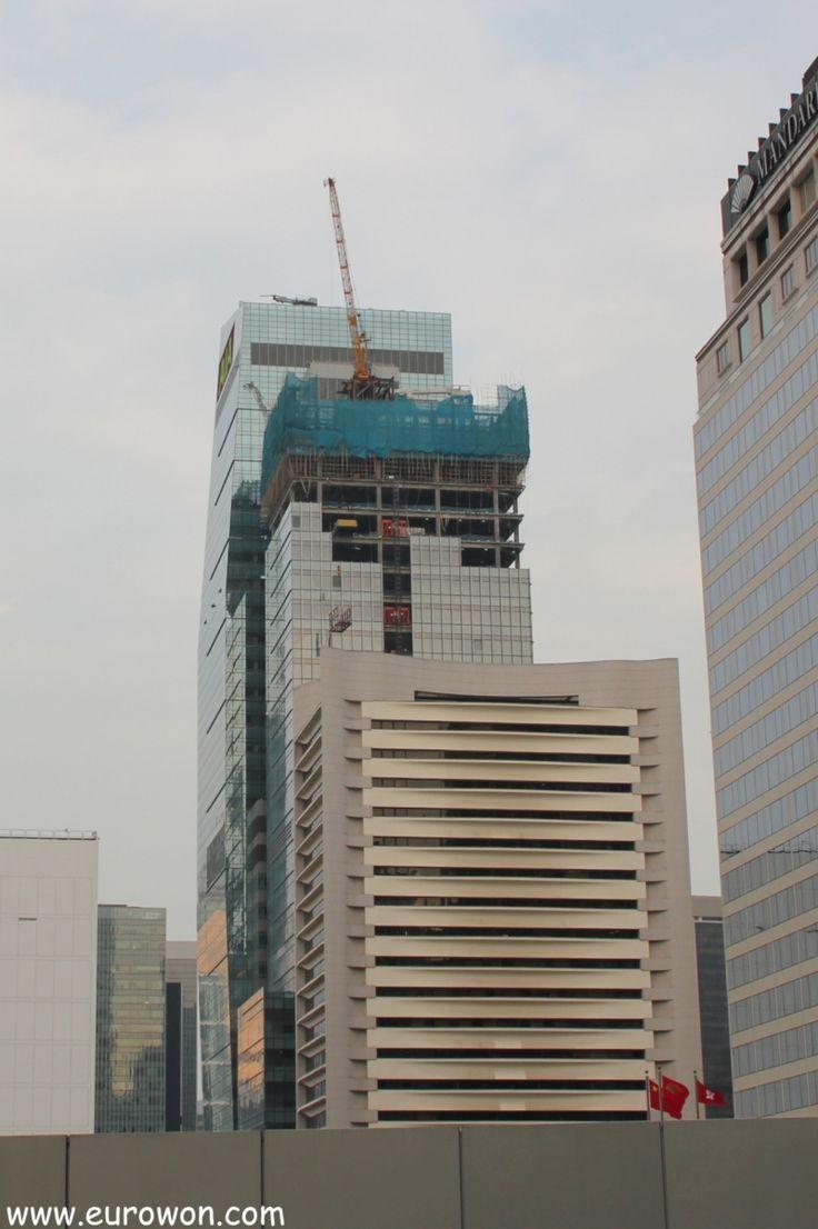Andamiaje de bambú en lo alto de una rascacielos en construcción