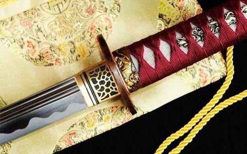 No Japão, existem algumas escolas que ensinam a arte de ornamentar uma katana de forma artesanal. Apesar das espadas japonesas terem perdido espaço no campo de batalha com a utilização de armas de fogo de longo alcance, sua popularidade continua e são apreciadas como verdadeiras obras de arte.