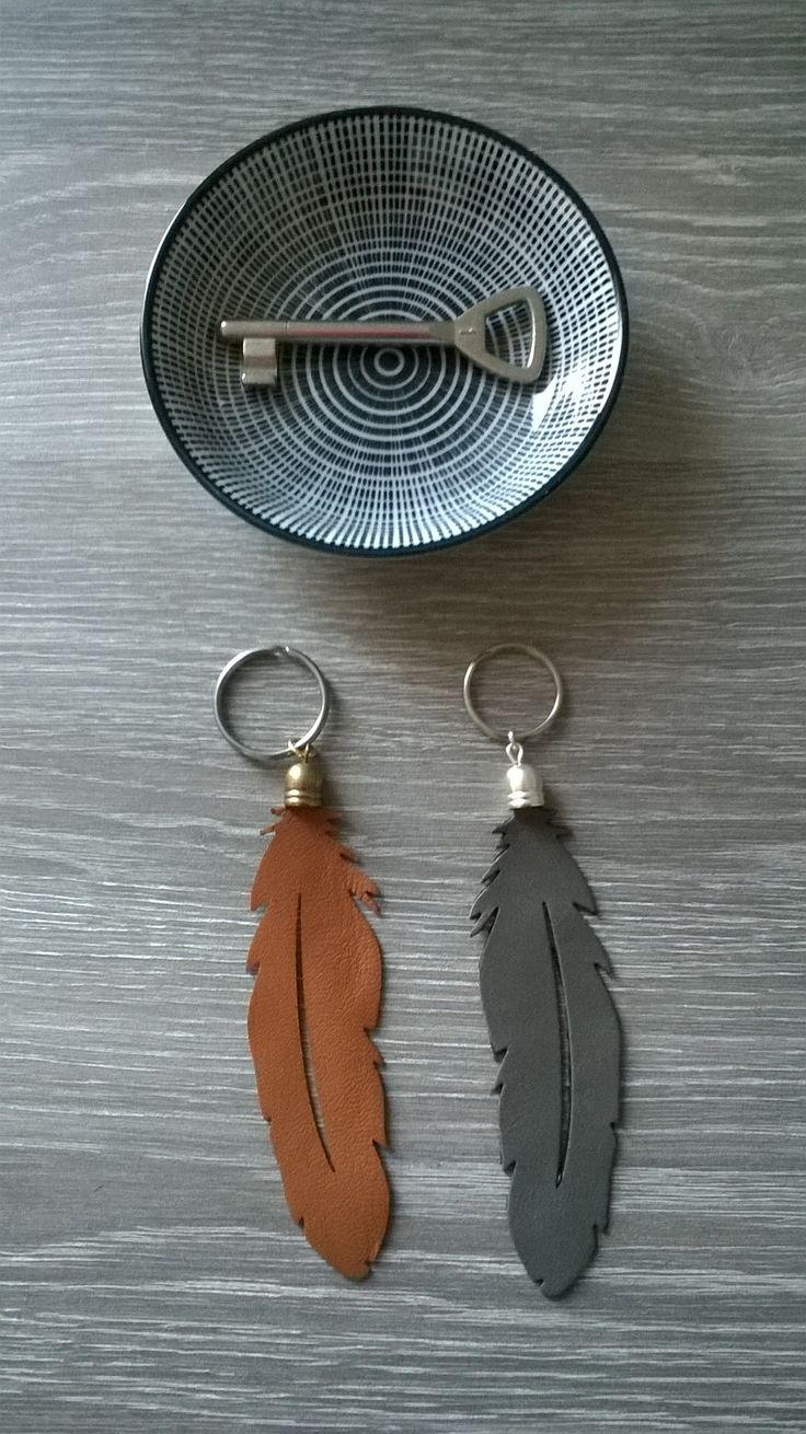 Porte clef plume en cuir. Coloris au choix gris ou camel. http://www.alittlemarket.com/autres-bijoux/fr_porte_clef_plume_en_cuir_coloris_gris_-12816577.html