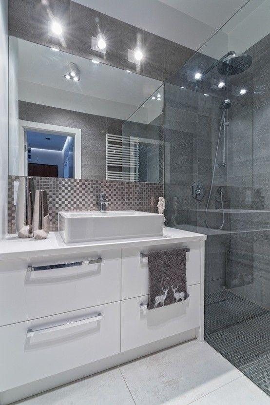 Minimalistyczna łazienka, nowoczesna łazienka, szklany prysznic, prysznic bez brodzika. Zobacz więcej na: https://www.homify.pl/katalogi-inspiracji/34544/jak-urzadzic-mieszkanie-w-minimalistycznym-stylu