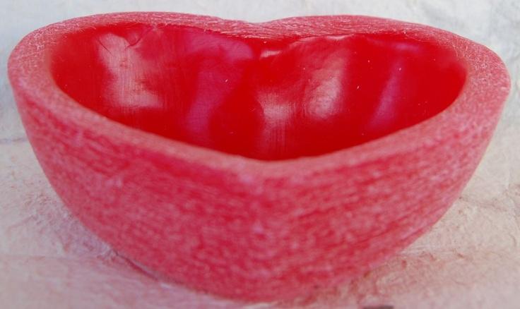 Ciotola cuore in cera profumata colorata effetto grattato  f.to h. 6,5x20 cm. circa  f.to h. 5x16 cm. circa  f.to h. 4x11 cm. circa  f.to h. 3x7,5 cm. circa