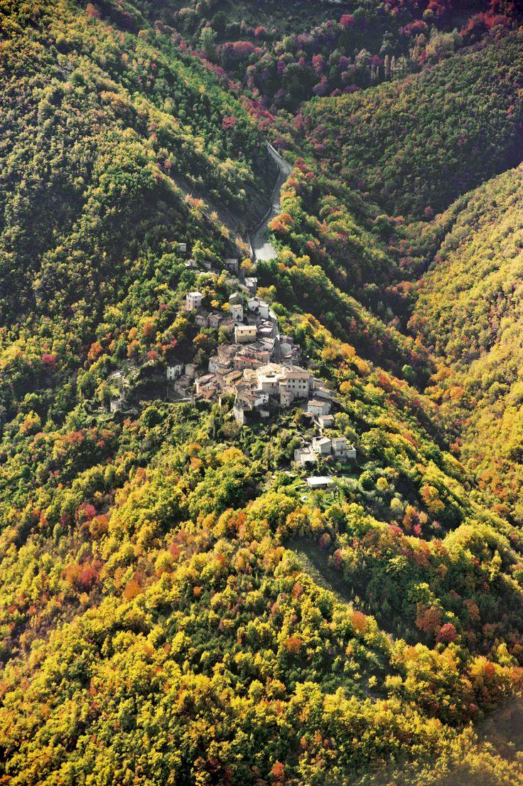 Roccatamburo è una frazione del Comune di Poggiodomo. Roccatamburo sorge su uno sperone che rapidamente degrada su tre lati.Due sentieri in ripidissimo pendio scendono verso il fondovalle, raggiungendo l`Eremo della Madonna della Stella.