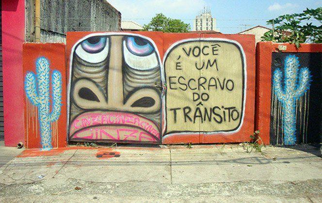 """Mundano é um ótimo artista brasileiro que faz graffitis e intervenções em grandes cidades com apelo social e mensagens do tipo """"papo-reto"""", como é o caso do projeto """"São Paulo 100 Carroças"""", onde pintou carroças de reciclagem com frases como """"Meu trabalho é honesto, e o seu?"""", """"Eu reciclo, e você?"""", """"Meu carro não polui, e o seu?"""".Acompanhe o trabalho do artista em seu Flickr ou Twitter."""