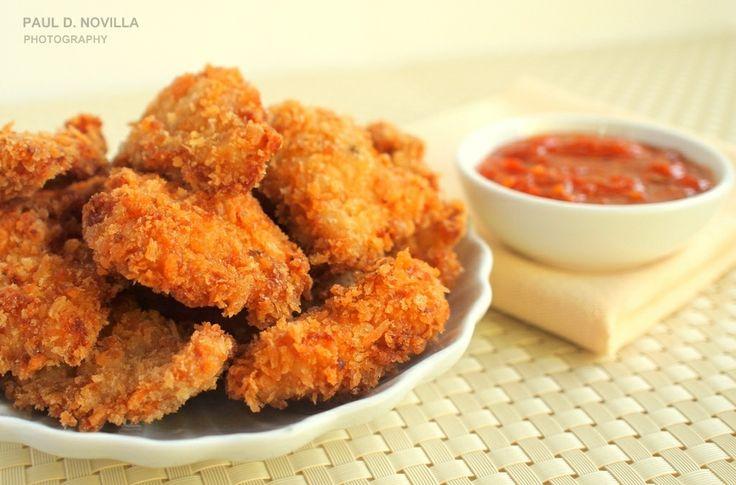 Куриные наггетсы в духовке: Куриная грудка – 500 гр Оливковое масло – 2 ст.л. Сухари панировочные с травами – 8 ст.л. Пармезан (тертый) – 2 ст.л. Соль, перец по вкусу  Порежьте грудку на кусочки толщиной 2 см и длиной примерно 5 см. Приправьте филе солью и перцем, затем положите в миску с оливковым маслом и размешайте. Обваливайте кусочки грудки в сухарях с сыром,  выкладывайте на противень. Сбрызните кусочки оливковым маслом-спреем и готовьте в духовке при температуре 220 в течение 8-10…