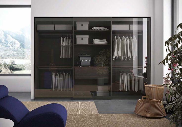 Armadio in legno e vetro. Ampia scelta di attrezzature interne: ripiani e raster si distinguono per gli spessori importanti, mentre le cassettiere sono realizzabili con frontali in legno o vetro.