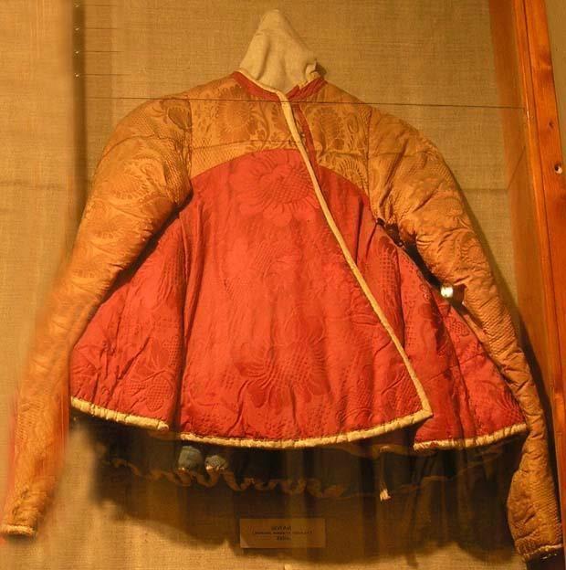 Шугай с рукавами китайской шелковой красной материи, на вате, подкладка синяя, холщевая. -конец 17 в.-начало 18 в.