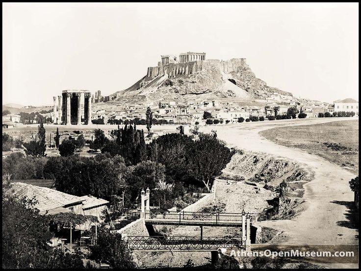 Φωτογραφία από τον Αρδηττό. Σε πρώτο πλάνο ο Ιλισσός και το περίφημο Βατραχονήσι του με τις δυο μικρές γεφυρούλες που το ένωναν με την πλευρά του Ζαππείου…
