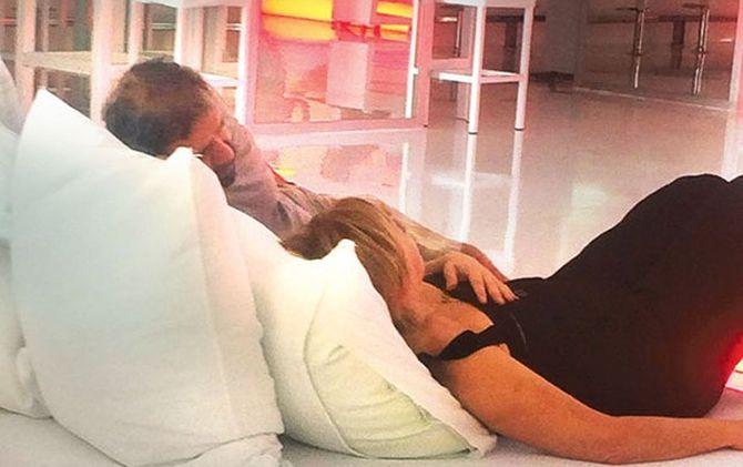 Zuhal Olcay ve Mazlum Çimen, film festivali için gittikleri Antalya'da kaldıkları otelin lobisinde öpüşürken yakalandılar. İşte Zuhal Olcay ve Mazlum Çimen'in birbirlerini öptüğü o anlar...  http://www.noktamagazin.com/zuhal-olcay-ve-mazlum-cimen-ask-tazeledi-haber-266.htm