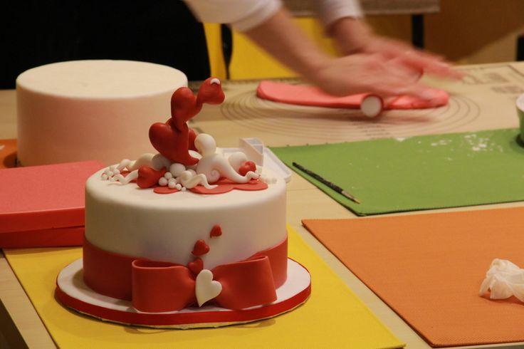 Segui in tempo reale il workshop in corso oggi: la decorazione per la tua torta di S.Valentino. Un ringraziamento speciale alla nostra insegnante Elisescakes !