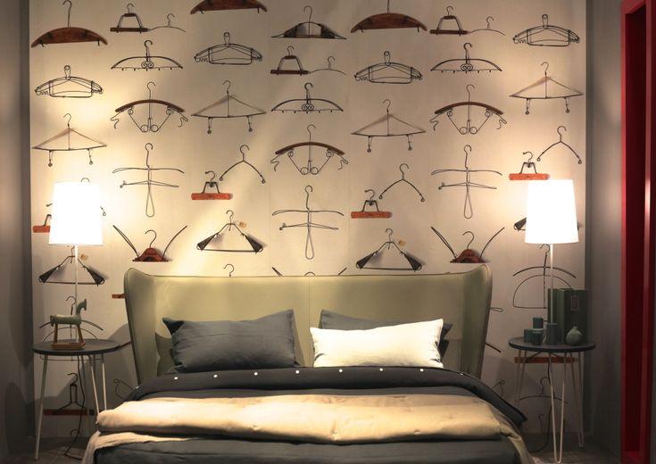 lit design vert papier peint motifs cintres  housse de couette et taies d'oreiller gris et beige table de chevet  bed bedroom  lit vu au salon du meuble de Milan stand gervasoni letti&co