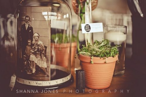 use a jar to put an old photo in it for table decor