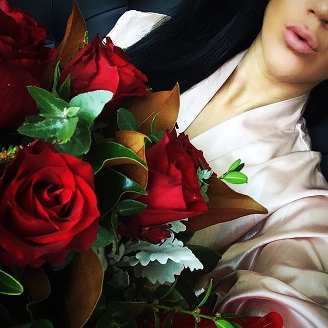 ��❤️��I've been struck down this week with the flu so no #f45 :( Husband goes out on a food mission came home with no food just beautiful roses from my favourite florist @zeneli_flowers they smell amazing #giantroses . . . . #gym#f45#fitness#bali#cleaneating#fitspo#workout#transformation#southbank#kimkardashian#melbourne#fit#squats#healthy#bikinichallenge#la#london#boss#money#lux#hardcoreladies#lift#selfie#la#streetart#justmarried#wedding…