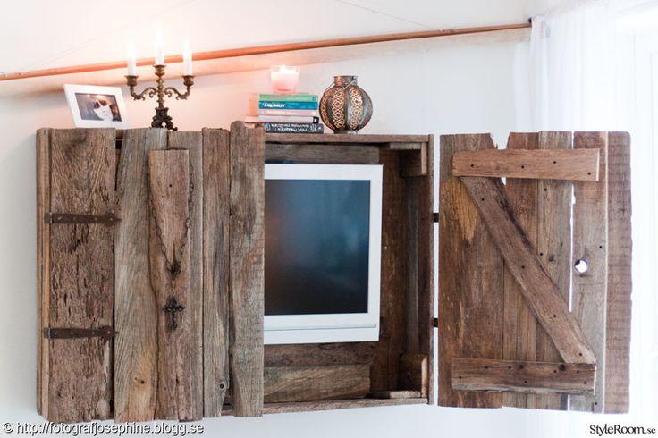 Återvunnet tv-skåp av gamla bräder. Recycled TV cabinets of old boards