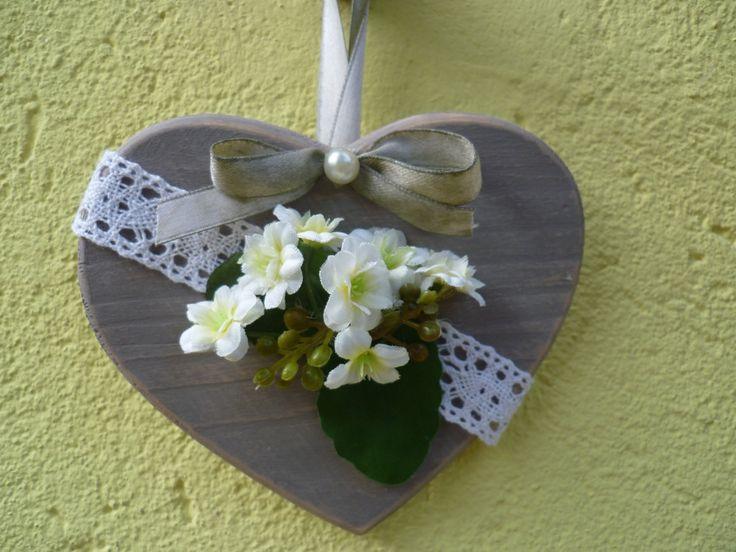 Cuore in legno decorato con fiori e merletti. di Ameliatheshabbydog su Etsy